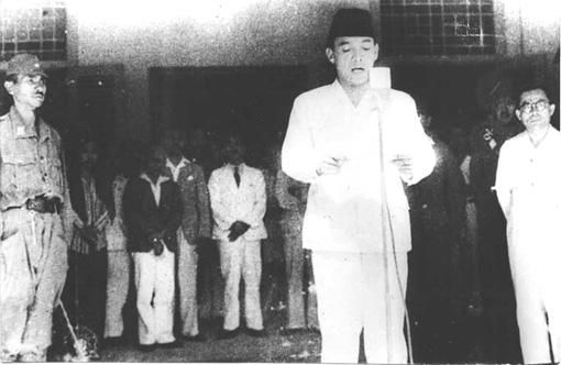 Pembacaan naskah Proklamasi oleh Ir Soekarno didampingi M Hatta di Pegangsaan Timur Jakarta